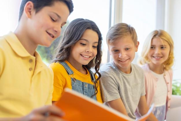 Grupo de niños leyendo juntos