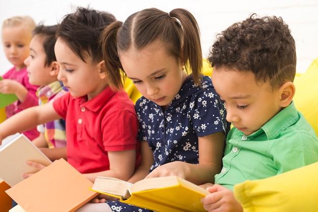 Grupo de niños leyendo libros