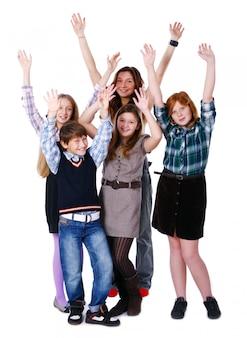 Grupo de niños lindos y felices posando sobre fondo blanco.