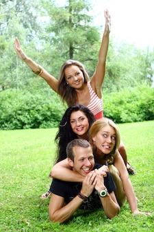Grupo de niños y niñas adolescentes