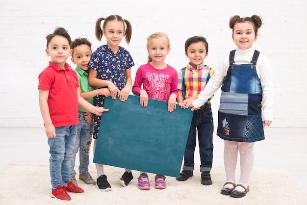 Grupo de niños con una pizarra