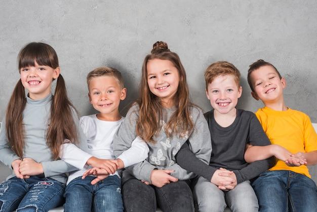 Grupo de niños posando juntos