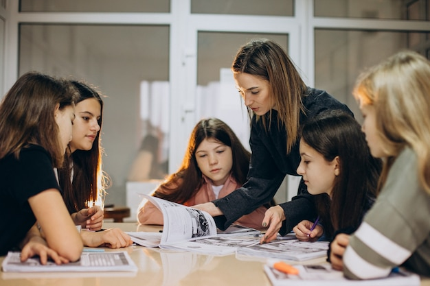 Grupo de niños que estudian en la escuela.