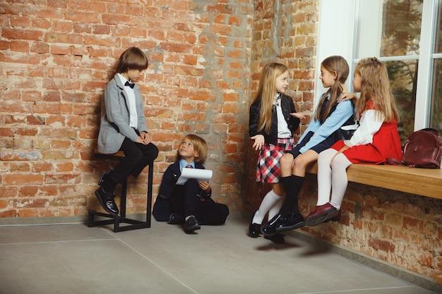 Grupo de niños que pasan tiempo juntos después de la escuela.