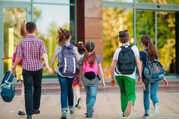 Grupo de niños que van a la escuela juntos.