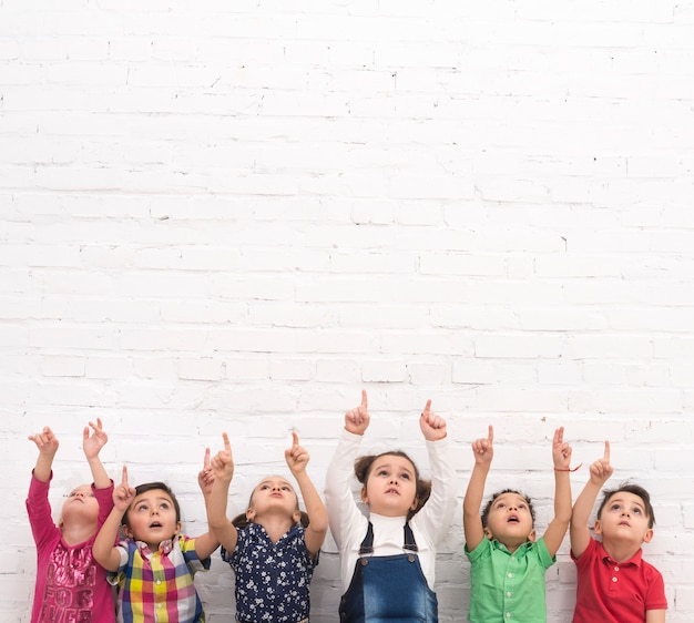 Grupo de  niños señalando