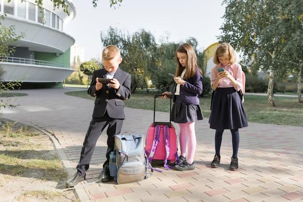 Grupo de niños con teléfonos móviles.