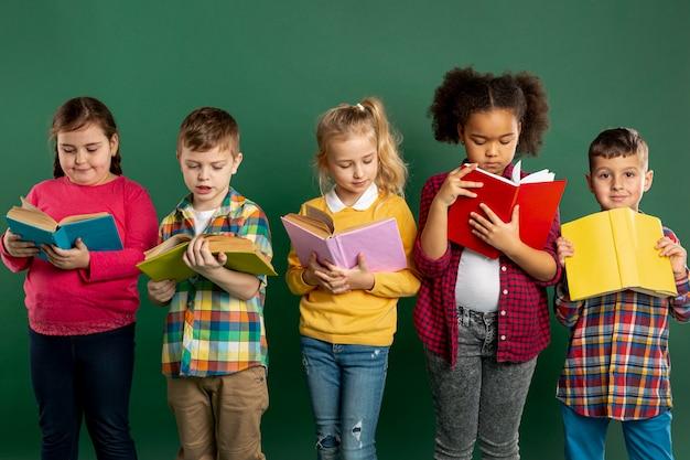 Grupo de niños tiempo de lectura