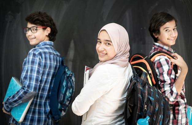 Grupo de niños de varias etnias en el espacio del aula.