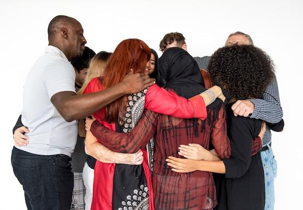 Grupo de personas abrazando apoyo juntos