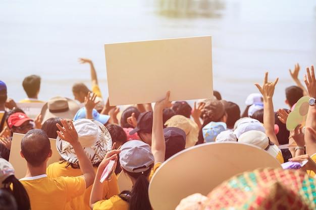 Grupo de personas en alguna actividad en el área pública
