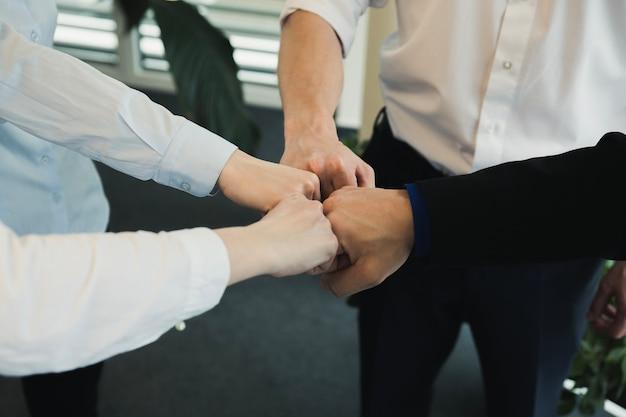 Grupo de personas apilando las manos