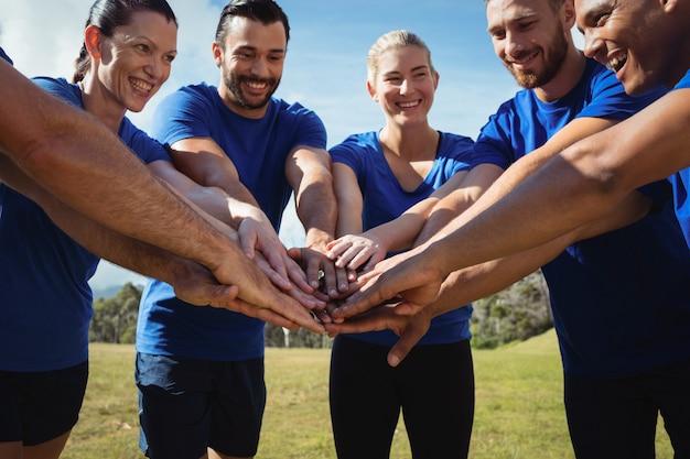 Grupo de personas apilando sus manos juntas