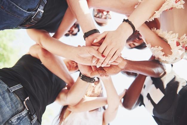 Grupo de personas apoyándose unos a otros. concepto de amistad y trabajo en equipo.