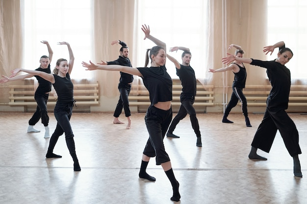 Grupo de personas bailando