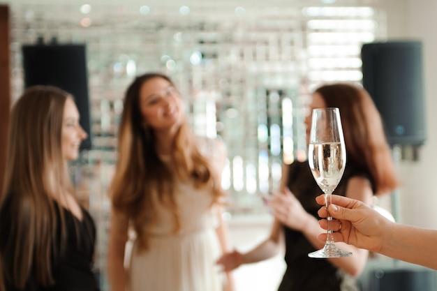 Grupo de personas con champán bailando en la fiesta.