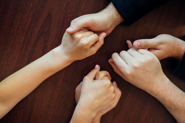 Grupo de personas cogidos de la mano