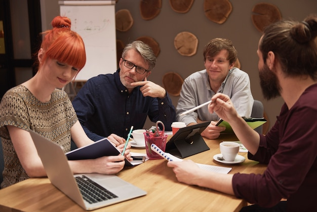 Grupo de personas creativas analizando el resultado del trabajo.