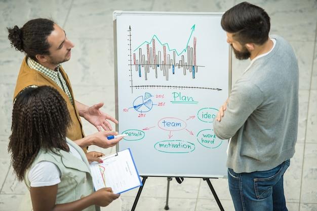 Grupo de personas creativas discuten proyectos importantes juntos.