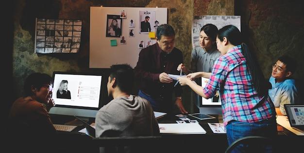 Grupo de personas creativas trabajando y compartiendo ideas.