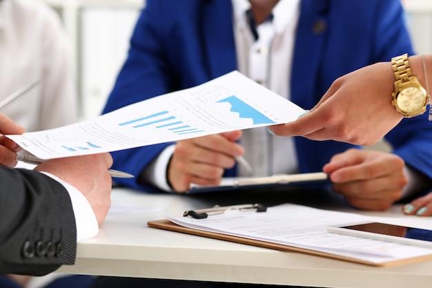 Grupo de personas discute resultados financieros en el lugar de trabajo