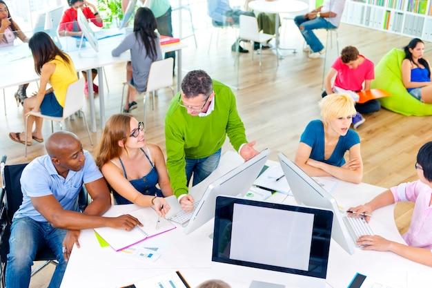 Grupo de personas discutiendo temas de negocios