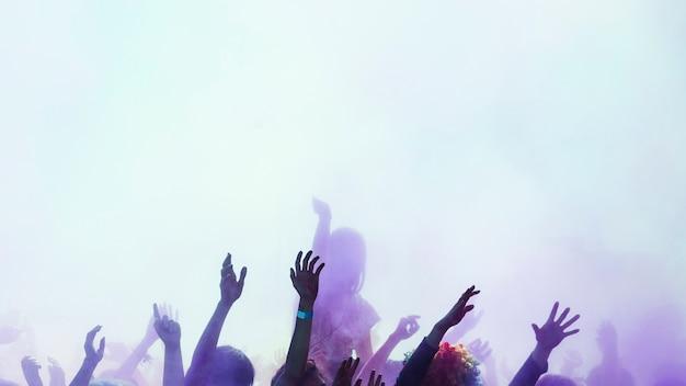 Grupo de personas disfrutando en el color holi.