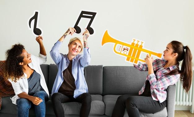 Grupo de personas disfrutando de íconos de la música.