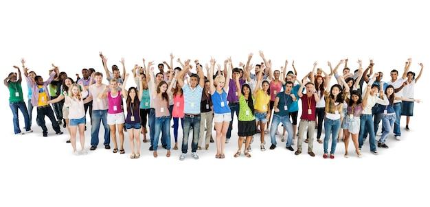 Grupo de personas diversas con los brazos levantados aislados en blanco