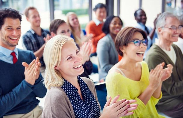 Grupo de personas diversas en una conferencia.