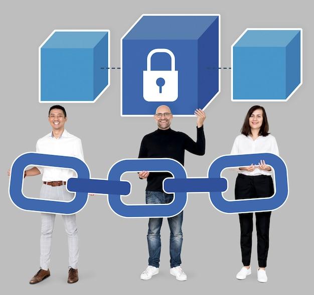 Grupo de personas diversas con criptografía en cadena de bloques.