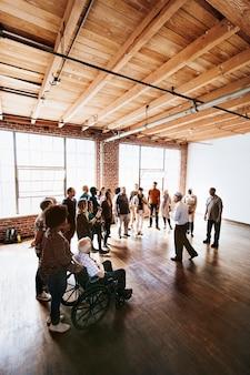 Grupo de personas diversas en una habitación.