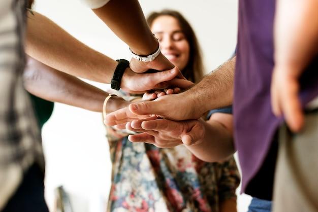 Grupo de personas diversas. manos unidas. trabajo en equipo.