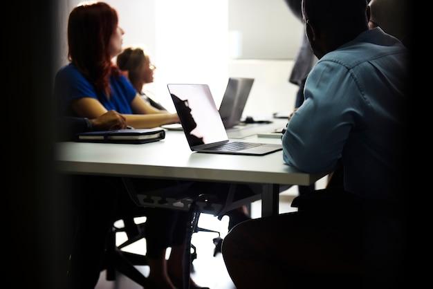 Grupo de personas diversas que asisten al curso de negocios de inicio.