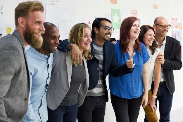 Grupo de personas diversas que asisten al curso de negocios de inicio