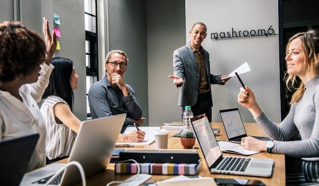 Grupo de personas diversas que tienen una reunión de negocios.