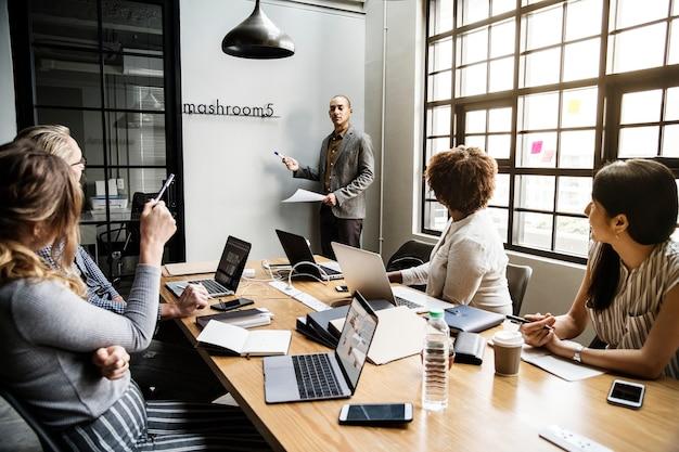 Grupo de personas diversas que tienen una reunión de negocios