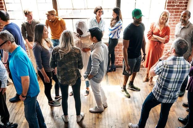 Grupo de personas diversas en un taller.