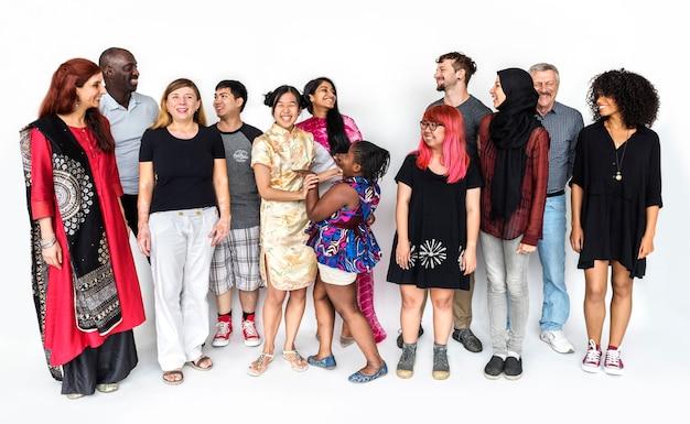 Grupo de personas de la diversidad de la comunidad de pie juntos.