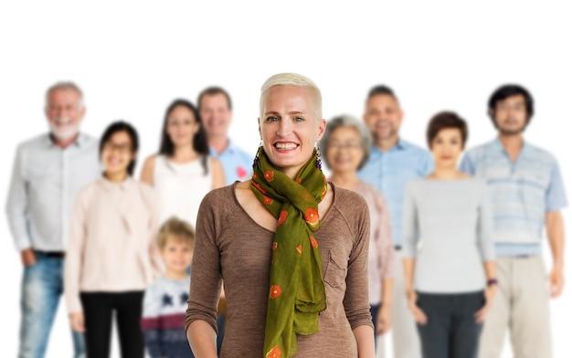 Grupo de personas de la diversidad juntas establecen estudio aislado