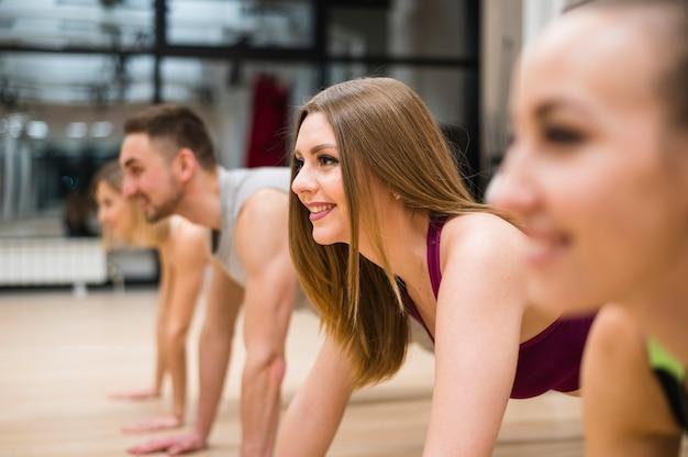 Grupo de personas entrenando en el gimnasio