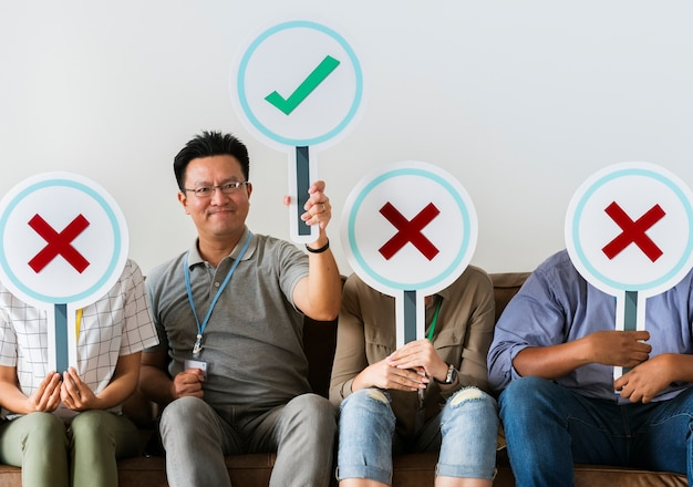 Grupo de personas con iconos verdaderos y falsos