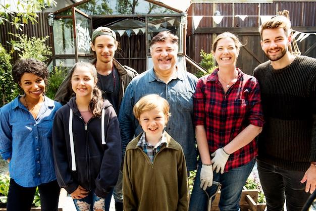 Grupo de personas jardinería patio trasero juntos