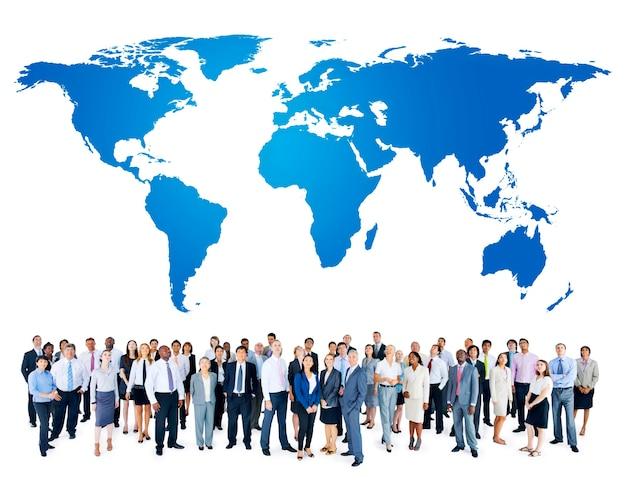 Grupo de personas con mapa del mundo.