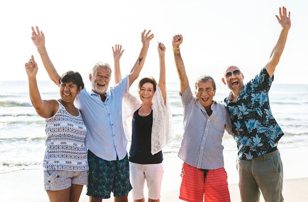 Grupo de personas mayores en la playa.