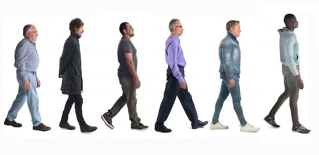 Grupo de personas mixtas caminando en blanco