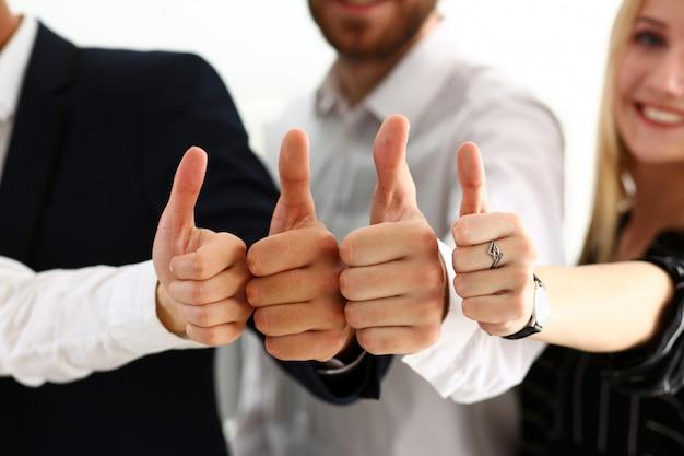 El grupo de personas muestra ok o confirma con el pulgar hacia arriba