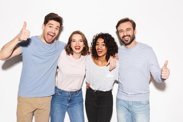 Grupo de personas multirraciales felices mostrando los pulgares para arriba