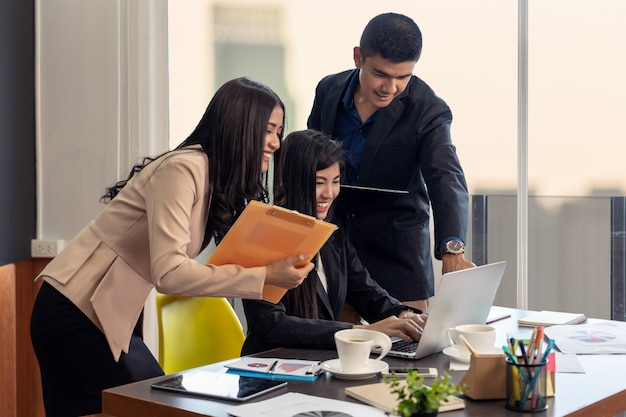 Grupo de personas de negocios asiáticas y multiétnicas con trajes formales que trabajan y aportan ideas juntos