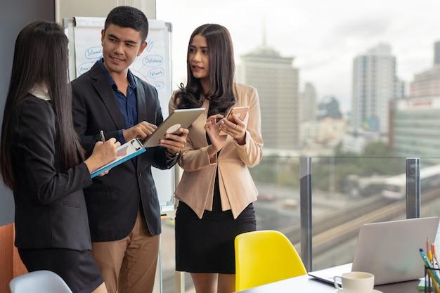 Grupo de personas de negocios asiáticas y multiétnicas con trajes formales que trabajan y aportan ideas.